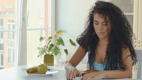 La donna sceglie l'alimento sano fra il bagel ed i frutti stock footage