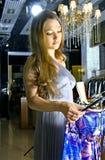 La donna sceglie un vestito in un boutique Fotografia Stock Libera da Diritti