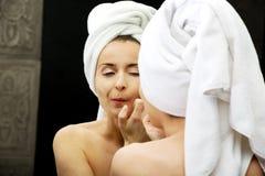 La donna schiaccia la sua acne Fotografie Stock Libere da Diritti