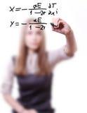La donna scrive la formula Fotografia Stock Libera da Diritti