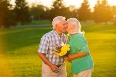 La donna senior bacia l'uomo Fotografia Stock