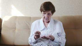 La donna senior che conta le monete e sta sprecando video d archivio