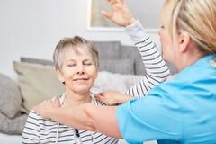 La donna senior fa l'esercizio di riabilitazione fotografie stock libere da diritti