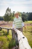 La donna senior felice molto anziana all'aperto in erica attracca, concetto che ottiene vecchio sano felice fotografie stock