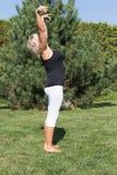 La donna senior sta esercitando stare all'aperto Immagine Stock