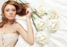 La donna sensuale con è aumentato Fotografia Stock