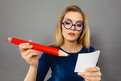 La donna seria giudica la grande carta per appunti della matita disponibila Fotografie Stock Libere da Diritti