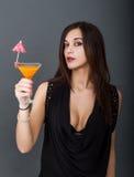 La donna sexy beve il cocktail fotografia stock libera da diritti