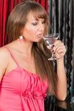 La donna sexy beve Martini in barra Immagine Stock Libera da Diritti