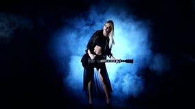 La donna sexy di Headbanging gioca la chitarra al concerto video d archivio