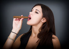 La donna sexy fuma il sigaro fotografia stock