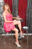 La donna sexy si siede in barra con Martini Fotografia Stock Libera da Diritti