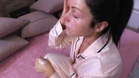 La donna sfrega la sua crema di fronte video d archivio