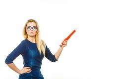La donna sgomento giudica la grande matita disponibila Fotografie Stock