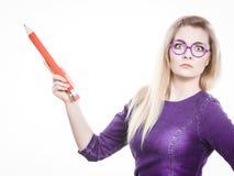 La donna sgomento giudica la grande matita disponibila Immagini Stock Libere da Diritti