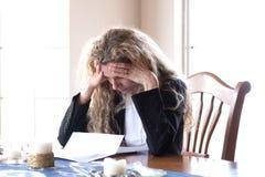 La donna si è preoccupata per le fatture e l'emicrania Immagini Stock