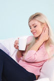 La donna si è seduta con una tazza di tè Fotografia Stock