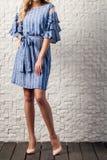 La donna si è vestita in un vestito dall'estate per una data Fotografia Stock