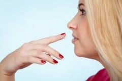 La donna si applica la crema del balsamo di labbro alle sue labbra Immagini Stock Libere da Diritti