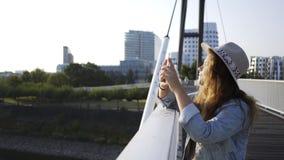 La donna si appoggia recintando il ponte moderno video d archivio