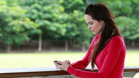 La donna si arrabbia dopo la lettura il testo o degli sms video d archivio