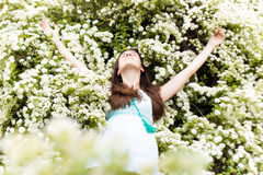La donna si distende in fiori bianchi di estate Immagini Stock Libere da Diritti