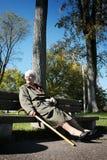 La donna si distende su un banco Fotografia Stock Libera da Diritti