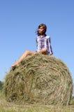 La donna si distende sul campo verde Immagine Stock