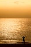 La donna si distende sulla spiaggia Fotografia Stock Libera da Diritti