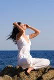 La donna si distende sulla spiaggia Fotografia Stock