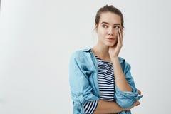 La donna si domanda nei suoi pensieri Ritratto dell'interno della ragazza sensuale affascinante con la palma della tenuta dell'ac Fotografia Stock Libera da Diritti