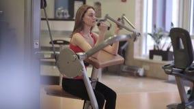 La donna si esercita per i bicipiti ed il tricipite video d archivio