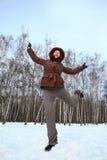 La donna si leva in piedi sopra per nevicare e gravitare skyward fotografia stock libera da diritti