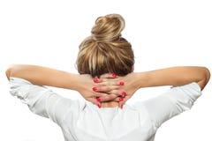 La donna si rilassa, armi piegate intorno al suo collo, riposante Fotografia Stock