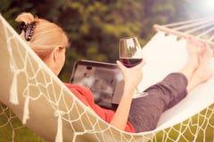 La donna si rilassa su un'amaca Fotografia Stock