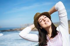 La donna si rilassa sul viaggio di vacanza della costa immagine stock