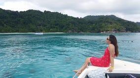 La donna si rilassa sulla barca Immagine Stock Libera da Diritti