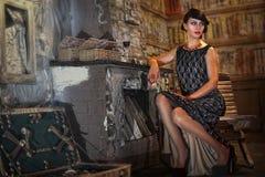 La donna si siede dal camino fotografia stock libera da diritti