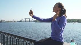 La donna si siede e conversazione tramite telefono fotografia stock