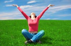 La donna si siede nel campo verde Immagini Stock Libere da Diritti