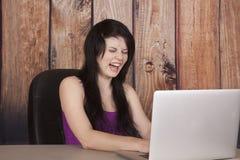 La donna si siede nel grido del computer dell'anello di naso dell'ufficio immagine stock libera da diritti
