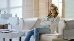 La donna si siede nella sala di attesa della clinica di ginecologia, il trattamento del sistema riproduttivo fotografia stock