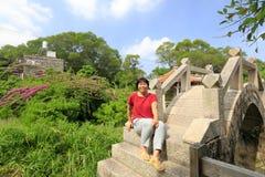 La donna si siede sul ponte di pietra dell'arco, adobe rgb Fotografia Stock Libera da Diritti