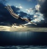 La donna si tuffa nell'acqua Fotografie Stock Libere da Diritti