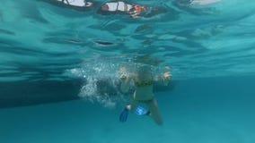 La donna si tuffa nell'acqua dalla barca di legno video d archivio
