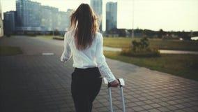La donna sicura va ad un taxi o ad una fermata di trasporto pubblico video d archivio
