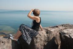 La donna snella sul lago michigan della riva Fotografia Stock
