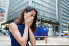 La donna soffre dall'allergia del naso dovuto inquinamento atmosferico Immagini Stock Libere da Diritti