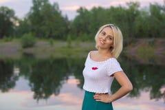 La donna sola in un bello rivestimento tricottato La bella donna sulla passeggiata Vestiti alla moda Signora #37 di affari Handic Fotografia Stock