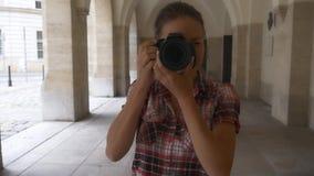 La donna solleva la macchina fotografica e prende l'immagine archivi video